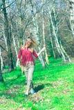 Blondes Mädchen, das im Wald in das wilde geht Stockbild