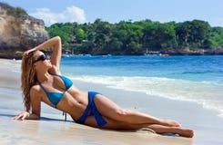 Blondes Mädchen, das im Wasser auf dem Strand sich entspannt Lizenzfreie Stockbilder