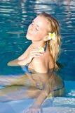 Blondes Mädchen, das im Wasser im Pool sich entspannt Stockfotos