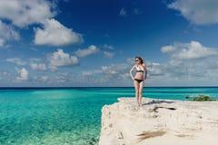 Blondes Mädchen, das karibisches Meer aufwirft Stockbilder