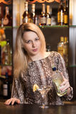 Blondes Mädchen, das Martini gießt Stockbild