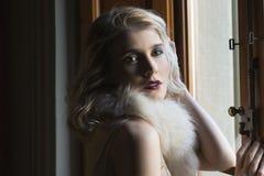 Blondes Mädchen, das mit Weinlesekleidung aufwirft Lizenzfreie Stockfotos
