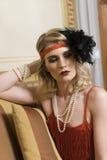 Blondes Mädchen, das mit Weinlesekleidung aufwirft stockfoto