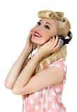 Blondes Mädchen, das Musik hört Stockfotos