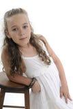 Blondes Mädchen, das nahe Stuhl aufwirft Lizenzfreies Stockfoto