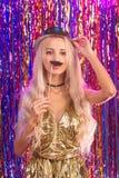 Blondes Mädchen, das Spaß auf Partei hat Lizenzfreie Stockfotografie
