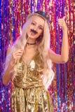Blondes Mädchen, das Spaß auf Partei hat Stockfoto