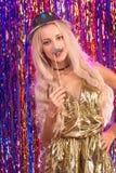 Blondes Mädchen, das Spaß auf Partei hat Stockbild