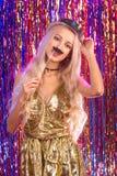 Blondes Mädchen, das Spaß auf Partei hat Lizenzfreies Stockfoto