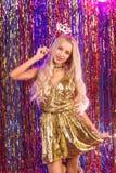 Blondes Mädchen, das Spaß auf Partei hat Lizenzfreies Stockbild