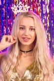 Blondes Mädchen, das Spaß auf Partei hat Lizenzfreie Stockbilder