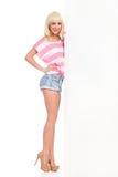 Blondes Mädchen, das weiße große Fahne darstellt Lizenzfreies Stockfoto
