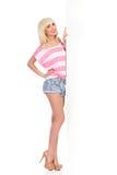 Blondes Mädchen, das weiße große Fahne darstellt Lizenzfreies Stockbild