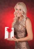 Blondes Mädchen, das Weihnachtsgeschenk hält Lizenzfreies Stockbild