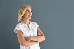 Blondes Mädchen, das weit weg schaut Stockbilder