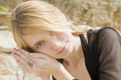 Blondes Mädchen, das zu einem Shell hört Lizenzfreie Stockfotografie