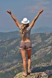 Blondes Mädchen, das zurück auf der Randklippe steht Stockbild