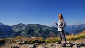 Blondes Mädchen in den Bergen Stockbilder