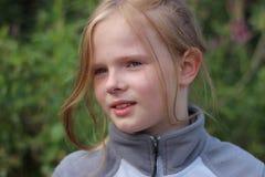 Blondes Mädchen in den Bergen Stockbild