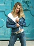 Blondes Mädchen in den Jeans stockfotos