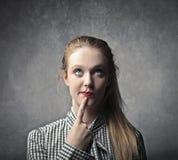 Blondes Mädchen-Denken Lizenzfreie Stockfotografie