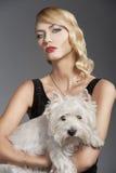 Blondes Mädchen der alten Art und Weise, mit Hund Lizenzfreies Stockfoto