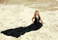 Blondes Mädchen der Art und Weise im langen schwarzen Kleid stockfoto