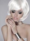 Blondes Mädchen der Art und Weise Schönes Gesicht der Zauberfrau mit rauchigem e Stockfotografie