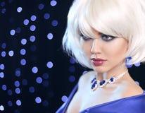 Blondes Mädchen der Art und Weise Schönheitsmake-up Porträt-Frau Weißes kurzes BO Lizenzfreies Stockbild