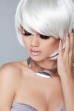 Blondes Mädchen der Art und Weise Weißes kurzes Haar Das Gesichts-Nahaufnahme des schönen Mädchens ISO Stockfoto