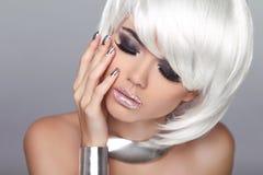 Blondes Mädchen der Art und Weise Weißes kurzes Haar Das Gesichts-Nahaufnahme des schönen Mädchens ISO Lizenzfreies Stockfoto