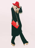 Blondes Mädchen der bezaubernden Mode im klassischen schwarzen Mantel und im roten Hut Lizenzfreie Stockfotos