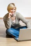 Blondes Mädchen in der Blue Jeans und im Notizbuch Stockfotos
