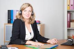 blondes Mädchen in der Call-Center-Unterstützung in Geschäftslokalsekretär Lizenzfreies Stockfoto