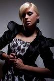Blondes Mädchen der dunklen Art und Weise Stockfoto