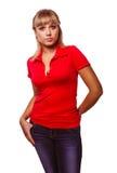 Blondes Mädchen der Frau in einem roten T-Shirt und in den Blue Jeans Stockfotos