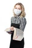 Blondes Mädchen in der gesundheitlichen medizinischen Schablone gegen Virus Lizenzfreies Stockfoto