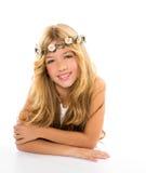 Blondes Mädchen der Kinder mit Frühling blüht Krone Stockbild