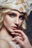 Blondes Mädchen der Kunstmode mit den langen Wimpern und klarer Haut haut Stockfotografie