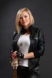 Blondes Mädchen in der Lederjacke mit Gitarre Lizenzfreie Stockfotografie