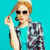 Blondes Mädchen der Mode im modischen Haarzubehör Lizenzfreie Stockfotos