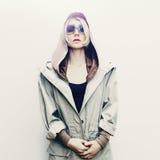 Blondes Mädchen der Mode im modischen Jeansmantel Lizenzfreie Stockbilder