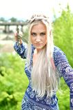 Blondes Mädchen in der Natur stockbilder