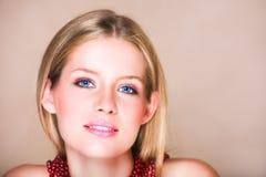 Blondes Mädchen in der roten Halskette Stockfotografie