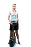 Blondes Mädchen der Ruhe recht mit Saxophon Stockfoto