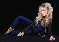 Blondes Mädchen der Schönheit im Spitzekostüm Stockfotografie