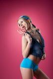 Blondes Mädchen der Schönheit lecken Süßigkeit auf rosafarbenem Hintergrund Stockfoto