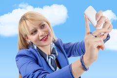 Blondes Mädchen der Schönheit mit blauer Klage, selfie, auf Weiß Lizenzfreie Stockfotografie