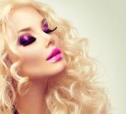 Blondes Mädchen der Schönheit mit dem langen gelockten Haar Stockbilder