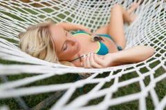 Blondes Mädchen in der Schnurhängematte Lizenzfreie Stockfotografie